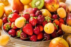 Verse gemengde vruchten, bessen op plaat De zomerfruit, bes stock afbeeldingen