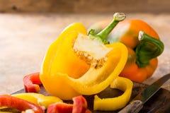 Verse geplukte rode, gele en groene groene paprika Stock Afbeeldingen