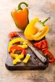 Verse geplukte rode, gele en groene groene paprika Stock Afbeelding