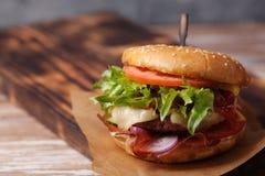 Verse geroosterde rundvleeshamburger en frieten Royalty-vrije Stock Foto