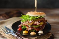 Verse geroosterde rundvleeshamburger op rustieke houten lijst Royalty-vrije Stock Foto