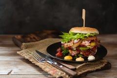 Verse geroosterde rundvleeshamburger op rustieke houten lijst Royalty-vrije Stock Afbeeldingen