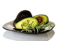 Verse gesneden avocado op witte plaat Stock Fotografie