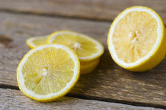 Verse gesneden citroen op de houten lijst Stock Fotografie