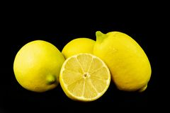 Verse gesneden en gehele citroenen royalty-vrije stock foto