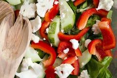 Verse gesneden salade van de bladeren van de koolkomkommer en paprika's stock foto