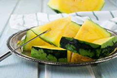 Verse gesneden watermeloenstukken op het ijzerdienblad Stock Foto