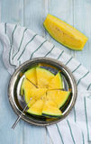 Verse gesneden watermeloenstukken op het ijzerdienblad Stock Fotografie