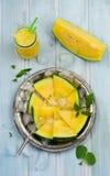Verse gesneden watermeloenstukken op het ijzerdienblad Stock Foto's