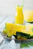 Verse gesneden watermeloenstukken op het ijzerdienblad Royalty-vrije Stock Foto's
