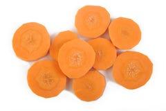 Verse gesneden wortelen op wit Stock Afbeelding