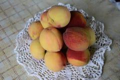 Verse geurige en zoete perziken in de mand royalty-vrije stock fotografie