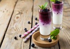 Verse gezonde bosbes smoothies in een glas met bessen en muntbladeren op een houten tribune Royalty-vrije Stock Foto