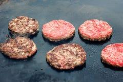 Verse gezonde hamburgers die op pan onder vlammende steenkolen koken Vlees op de kebabs van de brandbarbecue op de grill wordt ge Royalty-vrije Stock Foto's