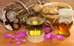 Verse gezonde kruideninfusie met wortelgember en honing stock afbeelding
