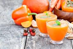 Verse gezonde pappige cocktail met oranje vruchten en bessen en stock afbeelding