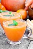 Verse gezonde pappige cocktail met oranje vruchten en bessen en stock afbeeldingen