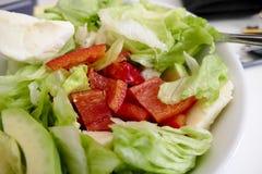 Verse gezonde plantaardige salade in kom stock afbeelding