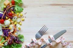 Verse gezonde salade met gemengde greens groenten en vruchten op w royalty-vrije stock foto's