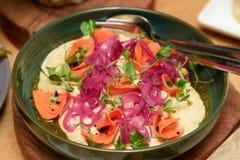 Verse gezonde salade op de pannekoek met wortel, rood bieten en basilicum royalty-vrije stock fotografie