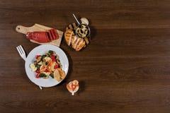 Verse gezonde salade op houten lijst Stock Afbeelding