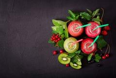 Verse gezonde smoothies van verschillende bessen stock foto