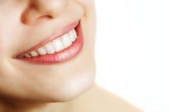 Verse glimlach van vrouw met gezonde tanden royalty-vrije stock afbeeldingen