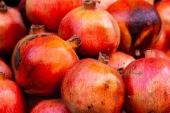 Verse granaatappel bij de markt royalty-vrije stock foto