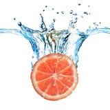 Verse grapefruit die in water wordt gelaten vallen Royalty-vrije Stock Afbeeldingen