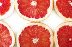 Verse grapefruitringen geplaatst die op witte achtergrond worden geïsoleerd Royalty-vrije Stock Fotografie