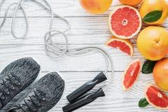 Verse grapefruits en grapefruit juice en kabel royalty-vrije stock foto