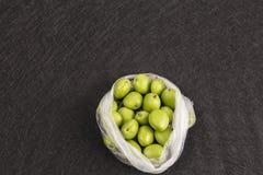 Verse groene abrikozen in pakket op zwarte achtergrond royalty-vrije stock fotografie