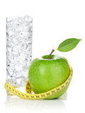 Verse groene appel met geel metend band en glas water Stock Fotografie