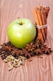 Verse groene appel met kruiden Stock Foto's