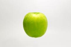 Verse Groene Appel op witte achtergrond Stock Afbeeldingen