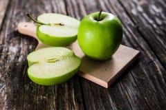 Verse groene appelen stock afbeeldingen