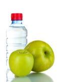 Verse groene appelen en plastic fles Royalty-vrije Stock Foto's