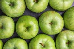 Verse groene appelen met waterdalingen op lijst, Royalty-vrije Stock Afbeelding