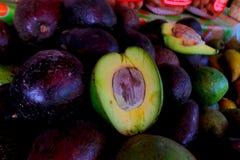 Verse groene avocado op een markt stail De avocado is een boom die aan Zuiden inheems is Royalty-vrije Stock Afbeeldingen