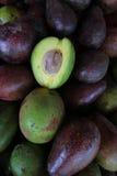 Verse groene avocado op een markt stail De avocado is een boom die aan Zuiden inheems is Stock Afbeelding