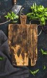 Verse groene basilicumbladeren met het mes van de kruidbijl, exemplaar spce Royalty-vrije Stock Fotografie