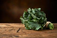 Verse groene bladgroente op een keukenbank stock foto's