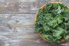 Verse groene boerenkoolbladeren op een houten lijst Stock Foto