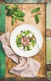 Verse groene de zomersalade met artisjokken over rustieke achtergrond Royalty-vrije Stock Fotografie