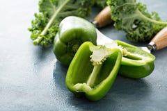 Verse groene die groene paprika op de lijst wordt gesneden Royalty-vrije Stock Fotografie