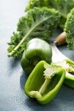 Verse groene die groene paprika op de lijst wordt gesneden Royalty-vrije Stock Foto's