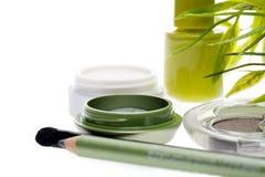 Verse groene die schoonheidsmiddelen met bamboebladeren worden geplaatst stock foto
