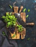 Verse groene en purpere basilicumbladeren met het mes van de kruidbijl Royalty-vrije Stock Foto's