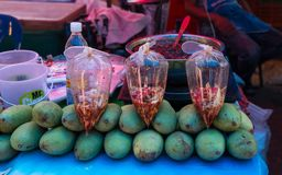 Verse groene mango op verkoop bij de markt, Sakon Nakhon, Thailand stock fotografie