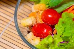 Verse groene salade op de lijst Royalty-vrije Stock Foto's